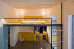 Nuovo progetto dello studio Nook Architects a Barcellona. La doppia altezza del soffitto ha permesso di installare un soppalco per il letto, risolvendo così anche lo spazio per il guardaroba, ricavato al di sotto.