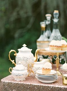 This Classic Southern Plantation Wedding Inspiration from Brianna Wilbur features Spanish moss and ivory roses. Vintage Tea, Vintage China, Magnolia Plantation, Naked Cakes, Tea Service, My Cup Of Tea, Chocolate Pots, Tea Parties, Afternoon Tea