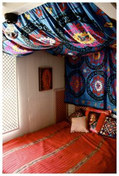 DIY Bedroom Furniture :DIY Canopy Bed : DIY tapestry headboard