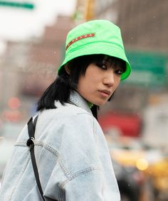 Bucket Hats Are Your Street Style-Approved Replacement For Beanies Patent Trench Coats, Visor Hats, Newsboy Cap, Autumn Street Style, New York Fashion, Women's Fashion, Hats For Women, Winter Hats, Fall Winter