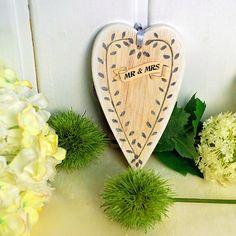 """Was für ein süßes Hochzeitsgeschenk! Dieses Herz aus Holz mit dem romantischen Schriftzug """"Mr & Mrs"""" ist ideal, um dem Brautpaar bei einer rustikalen Almhochzeit eine Freude zu machen."""