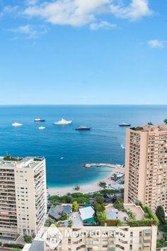 Proche de la Place des Moulins, dans une jolie résidence avec conciergerie, ce bel appartement traversant entièrement rénové et restructuré surplombe les plages du Larvotto et jouit d'une magnifique vue panoramique sur la mer, le Cap Martin et la Principauté. Monte Carlo, Cap Martin, Le Cap, Le Moulin, Monaco, Real Estate, Beach, Water, Outdoor