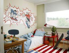 Seinän valkoinen raita on maalattu Harmony Sisustusmaalin värillä F497. Tämän jälkeen haluttu skeittikuvio on heijastettu seinälle. Kuvion tausta maalattiin kahteen kertaan sivellen ristiin rastiin Taika Helmiäismaalin väriä 2073 Luna. Kuvassa käytetty punainen väri on 4544 ja sininen 4719, tuotteena Harmony.
