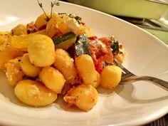 Ein schnelles und stressfreies Gericht - nach dem Schneiden des Gemüses landet alles im Ofen und nur die Gnocci werden in einer Pfanne noch schnell durchge
