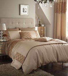 Beige and gold bedroom Gold Bedding Sets, Duvet Bedding Sets, Floral Bedding, Bedroom Comforters, Grey And Gold Bedroom, Basement Guest Rooms, Luxury Duvet Covers, Luxury Bedding, Queen
