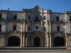 Situado muy cerca de la Catedral de la Habana, el Seminario de San Carlos y San Ambrosio fué fundado en 1689 por el obispo Diego Evelino de Compostela, como un colegio para niños desfavorecidos entre los que se promovía la carrera sacerdotal.