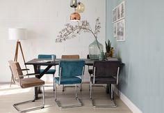 Blauw geeft een gevoel van frisheid, zuiverheid en creëert rust. Daarbij word... Retro Living Rooms, Dining Chairs, Dining Table, Interior Architecture, Interior Design, Dining Room Inspiration, Blue Rooms, Apartment Living, Kitchen Dining