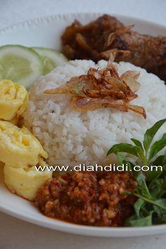 Nasi uduk..adalah olahan nasi putih gurih khas Betawi...yang di aron..dan di kukus dengan aneka bumbu rempah2, hampir mirip dengan nasi...