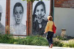 Des centaines de portraits en noir et blanc envahissent les murs du canal de l'Ourcq, de la Place de Stalingrad au bassin de Pantin tout l'été. ©Henri Garat/Mairie de Paris