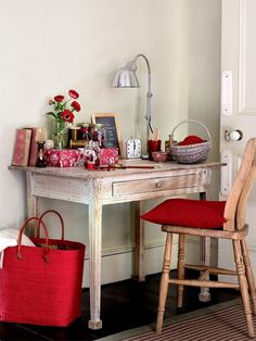 Vicky's Home: Inspiración en blanco y rojo / Inspiration in black and red Home Office Space, Home Office Decor, Home Decor, Office Desk, Style At Home, Period Living, Sweet Home, My Ideal Home, Red Cottage