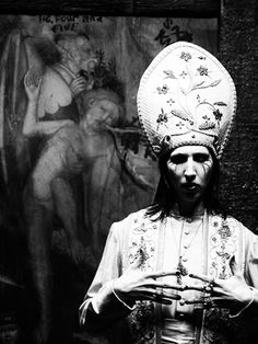 Marilyn Manson does the Pope in his 'Disposable Teens' video Arte Marilyn Manson, Rock Bands, Emo Bands, Disposable Teens, Valley Of Death, Brian Warner, Into The Fire, Halloween Costumes For Teens, The Villain