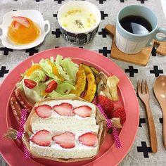 satomi.a.01012016.3.5(sat)☁︎ ・ Today's breakfast #いちごサンド で#朝ごはん ・ ・ 今日は水切りヨーグルトにマスカルポーネチーズを加えてサンドしたら、水切りヨーグルトだけで作るより濃厚な感じがして美味しかったです ・ 息子くんはこれを3つペロリ…(*⁰▿⁰*) おそるべし食欲 ・ ・ ーーーーーーーーーーーーーーーーーーーーーーー ・ お家でTVを見るときは、基本私の膝の上か股の中の息子くん でも、だいぶ重くなったので最近は拒否する時もしばしば。 ・ そうすると今までは無言でのっかってきてたのに、最近は 「おじゃましまーす!」 と言ってのっかってきます ・ 3歳になってもまだまだ甘えん坊です♡ ・ ・ ・ #おうちごはん #ごはん #料理 #食卓 #food #instafood #おうちカフェ #morning #朝ごパン #朝食 #breakfast #sandwich #サンドイッチ #kurashiru #LIN_stagrammer #locari_kitchen #器 #イイホシユミコ #マリメッコ…