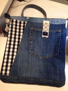 fun way to recycle jeans Patchwork Bags, Quilted Bag, Sacs Tote Bags, Blue Jean Purses, Diy Sac, Denim Purse, Denim Ideas, Denim Crafts, Recycled Denim