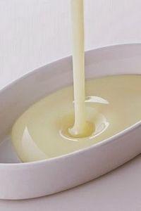 Leche condensada casera / 1 taza de agua - 2 tazas de azúcar - 2 taza de leche en polvo - 1 cucharada de manteca - 3 gotas de vainilla (opcional