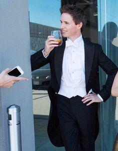 "Uživatel BespokeRedmayne na Twitteru: ""A toast to #WaistcoatWednesday from Eddie Redmayne. http://t.co/hOG4zTRnNQ"""