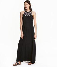 Check this out! Lang kjole i flamméjersey af bomulds- og modalblanding. Kjolen er uden ærmer og har perlebroderier foroven. Åbning i nakken med bindebånd. – Gå ind på hm.com for at se mere.