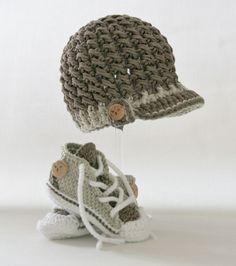 Baby Knitting Patterns Newborn Hat and chucks crocheted for baby boys Newborn Crochet Hat Pattern, Crochet Pullover Pattern, Crochet For Boys, Crochet Baby Booties, Baby Knitting Patterns, Diy Crochet, Hand Knitting, Baby Converse, Baby Boots
