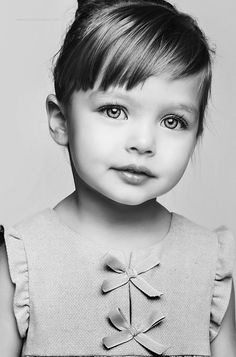 Cute Bangs, a little different from the straight across, little girl bangs. Maybe when she's 3 Más Baby Girl Haircuts, Baby Haircut, Toddler Haircuts, First Haircut, Little Girl Hairstyles, Trendy Hairstyles, Toddler Bangs, Toddler Haircut Girl, Creative Hairstyles