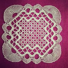 Dianna Smith interesting corner motif Bobbin Lace, Tree Skirts, Doilies, Corner, Christmas Tree, Holiday Decor, Pictures, Lace, Dishcloth