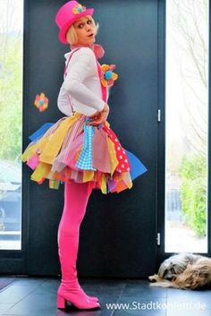 Very fast and easy to make a clown costume for carnival. SUPER EASY DIY LAST MINUTE CLOWN. Made of tulle and fabric plus rubber band is a great clown skirt. Suitable for ladies, children, groups.