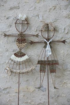 boy and girl willow Wire Crafts, Diy And Crafts, Arts And Crafts, Deco Nature, Nature Decor, Willow Weaving, Basket Weaving, Newspaper Crafts, Wooden Wall Art