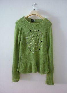 Kupuj mé předměty na #vinted http://www.vinted.cz/damske-obleceni/s-dlouhymi-rukavy/9585332-zeleny-sitkovany-svetrik-s-kovovymi-aplikacemi