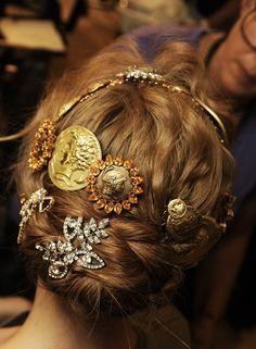PEINADO. Colección Dolce & Gabbana inspirada en la Edad Media.