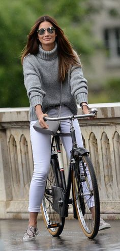 Weekend Brunch. Nobody wears white jeans on a bike when the streets are wet. And that sweater is going to get hot in a minute. Looks good, though.