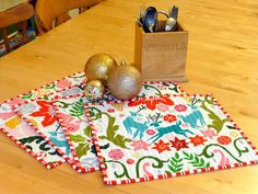 Christmas Placemats for Fabric Yard - Judith Hollies Christmas Placemats, Christmas Fabric, Modern Christmas, Christmas Fun, Christmas Sewing Projects, Fabric Placemats, Hobbies And Crafts, Fabric Crafts, Sewing Patterns