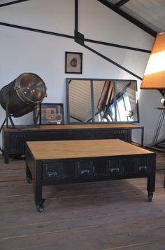 Table basse industrielle en bois et métal réalisée sur-mesure pour s'accorder avec l'un de nos meubles TV !
