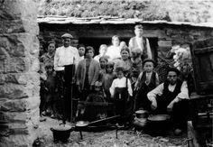Familia e veciños, con pezas da lareira. Vilaspasantes, Cervantes. Arquivo Ebeling nº 260.