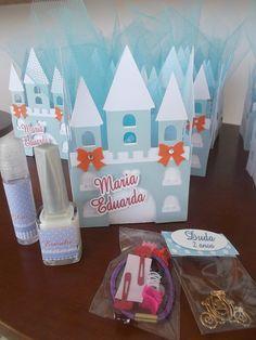 Festa Cinderela , castelo lembarncinhas , com esmalte , batom , elasticos de cabele e pingente de carruagem