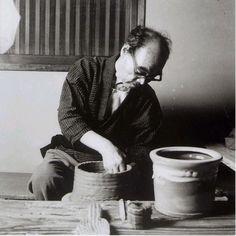 National Living Treasure of Japan as a Karatsu ware pottery, Muan Nakazato (1895~1985) at work. 中里無庵(人間国宝)