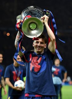Lionel Messi Photos - Lionel Messi of Barcelona celebrates with the trophy after the UEFA Champions League Final between Juventus and FC Barcelona at Olympiastadion on June 2015 in Berlin, Germany. - Juventus v FC Barcelona - UEFA Champions League Final Fc Barcelona, Lionel Messi Barcelona, Uefa Champions League, Barcelona Champions League, Messi 2015, Lionel Messi Wallpapers, Argentina National Team, Leonel Messi, Barcelona