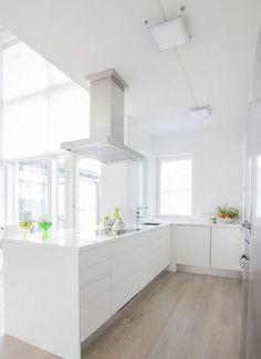 Valkoinen keittiö, jossa myös liesituuletin on valkoinen ((love these floors)) All White Kitchen, New Kitchen, Kitchen Interior, Kitchen Decor, Cuisines Design, Modern Kitchen Design, Cool Kitchens, Kitchen Remodel, Sweet Home