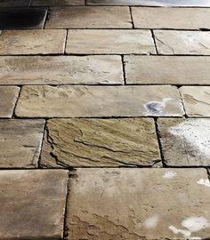 uneven lengths all the same width, No aligned joints Outdoor Paving, Garden Paving, Landscape Design, Garden Design, House Design, Paving Pattern, Dutch Gardens, Paving Design, Paving Ideas