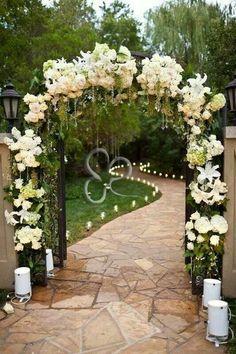 Un arco floreale conduce gli sposi lungo il cammino dell'amore