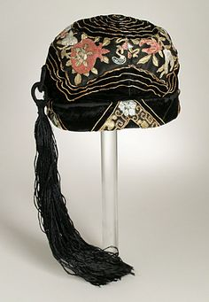 United States Cloche, circa 1920 Costume/clothing accessory/headwear, Silk and metal thread embroidery on silk satin and velvet with silk tassel trim, 5 x 7 x 7 in. x x cm) Costume Council Curatorial Discretionary Fund Costume and Textiles Department. Vintage Outfits, Vintage Fashion, Vintage Hats, 1930s Fashion, Vintage Purses, Edwardian Fashion, Fashion Women, Girl Fashion, 1920 Costumes