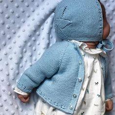 Camisa continuada, chaqueta en color azul y capota a juego. Tu eliges la talla el color de la lana, la tela y el modelo y pompom te lo hace. Encargos por privado y en el 📞 609736385. 📦 Enviamos ✈️ a todo el 🌏 Baby Knitting Patterns, Baby Patterns, Newborn Baby Dolls, Baby Coat, Baby Cardigan, Baby Winter, Baby Sweaters, My Baby Girl, Color Azul
