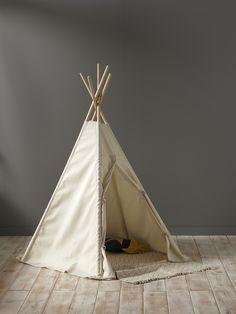 Une déco nomade dans une chambre d'enfant, c'est chic et tendance. Le tipi est un espace de jeu ou de lecture dont raffolent petits et grands.DétailsH