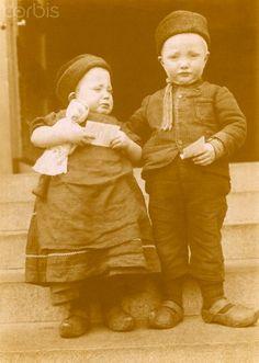 Two immigrant Dutch children arrive on Ellis Island, 1907.