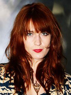 """Zum Thema Rot fällt uns auch sofort Florence Welch, Frontfrau von""""Florence   the Machine"""" ein. Die zelebriert ihr Haupthaar gerne mitFlechtfrisuren, Blumenkränze oder - wie hier - in leichten Wellen offen getragen."""
