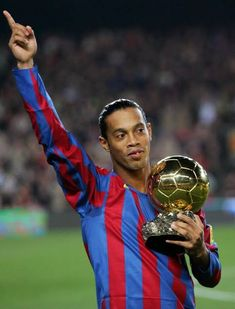 Ronaldinho Became A Teenage Sensation After Scoring 23 Goals In A Single Game Lionel Messi Barcelona, Fc Barcelona, Barcelona Soccer, World Football, Football Players, Ronaldinho Wallpapers, Ronaldo Football, Legends Football, Juventus Fc