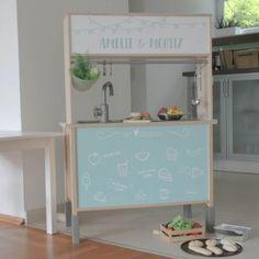 Was für ein tolle r Hack für die Ikea DUKTIG Kinderküche: Einfach von hinten mit passender individueller Folie bekleben und als Kaufladen oder Restaurant bespielen. Dieser Hack ist auch eine tolle zusätzliche Geschenkidee für die DUKTIG Kinderküche.