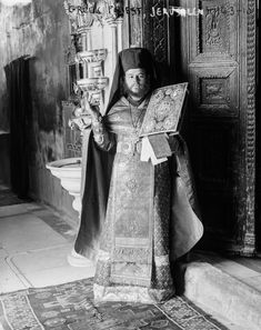 Timeless images of Jerusalem at the end of Ottoman rule Orthodox Priest, Israel History, Catholic Bishops, Dome Of The Rock, Jerusalem Israel, Historical Images, Holy Land, North Africa, Ottoman