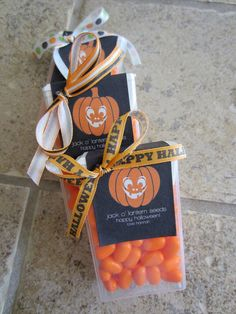 Jack O' Lantern Seeds (Tic Tacs) ooh I cannot wait for halloween to do these! Could give for a football party big orange! Fröhliches Halloween, Halloween School Treats, Holidays Halloween, Halloween Decorations, Halloween Favors, Halloween Goodies, Fall Crafts, Holiday Crafts, Holiday Fun