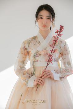 Korean Traditional Dress, Traditional Fashion, Traditional Dresses, Hanbok Wedding, Korean Princess, Wedding Dress Bustle, Modern Hanbok, Stylish Dresses For Girls, Korean Dress