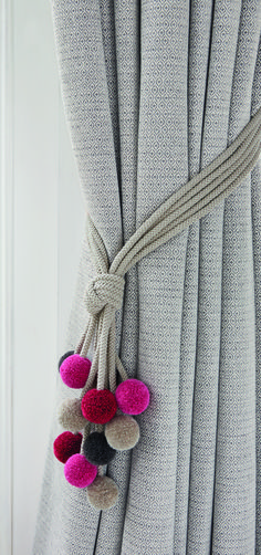 A fun yet stylish tie back combining colourful pom-poms with a neutral cord. Embrace Length 92cm Composition 56% CO 31% VI 10% PC 2% PA 1% PL Delivery 3-5 w