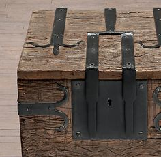 Restoration Hardware(レストレーションハードウェア)サイドテーブル「16th C. Spanish Trunk Sie Table」