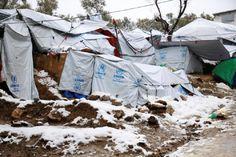 As temperaturas na Grécia desceram a pique e há refugiados a morar em tendas geladas. Várias mortes registadas
